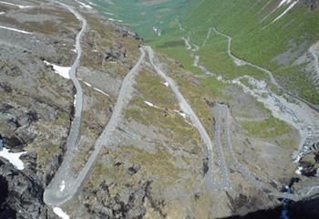 A moto sur la route des Trolls en Norvège