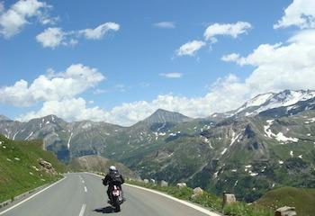 À moto, vous êtes plutôt route des grandes alpes ou Corse ?
