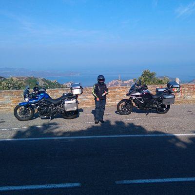 Deux motos dans un paysage corse devant la mer