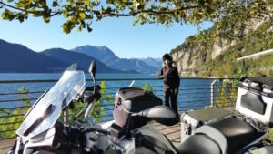 motard heureux devant le lac de come