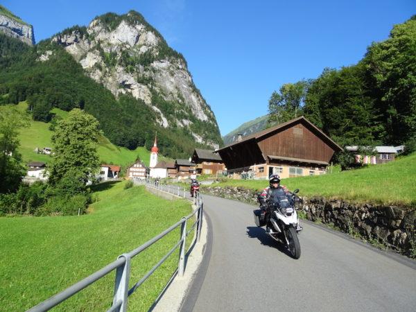 moto traverse un village en autriche
