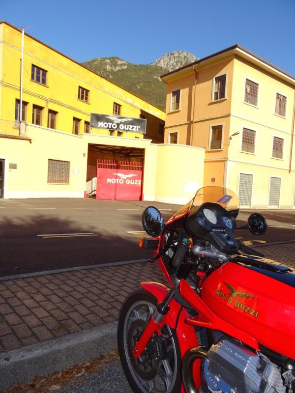 moto garée devant l'usine Guzzi