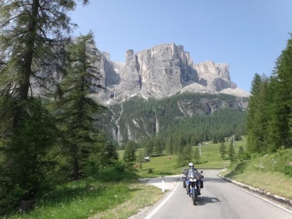 un motard en voyage sur la route devant une montagne en Autriche