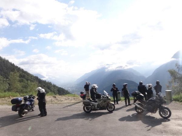 Groupe de motards en voyage moto qui admire le paysage des montagnes autrichiennes
