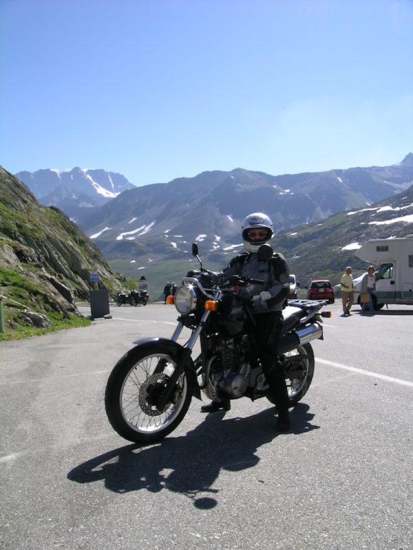 motard heureux devant la montagne en autriche