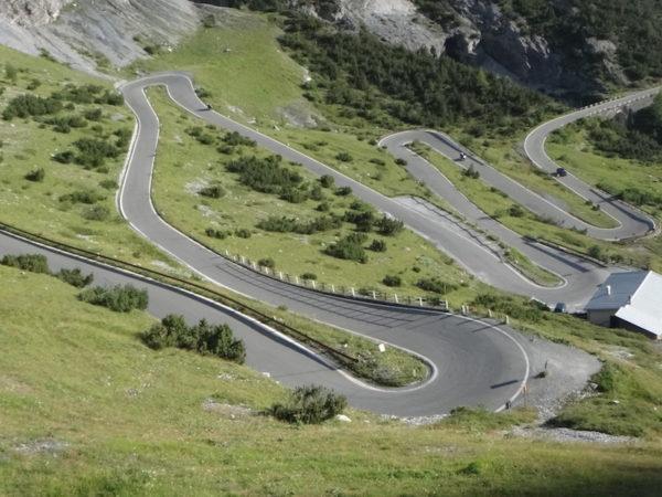 grande route pleine de virages pour les motards