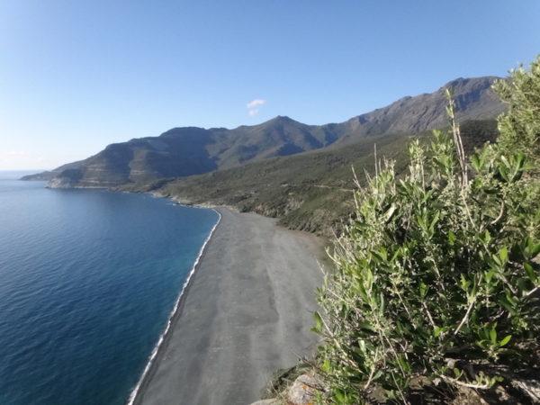 Cap Corse à moto, plage de sable noir