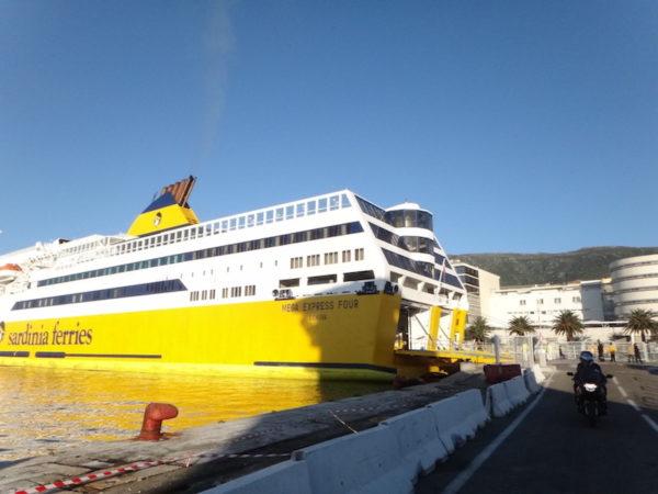 Ferry pour la Corse à moto
