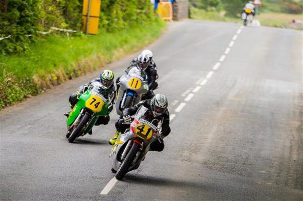 Groupe de motards dans la course sur route Manx GP