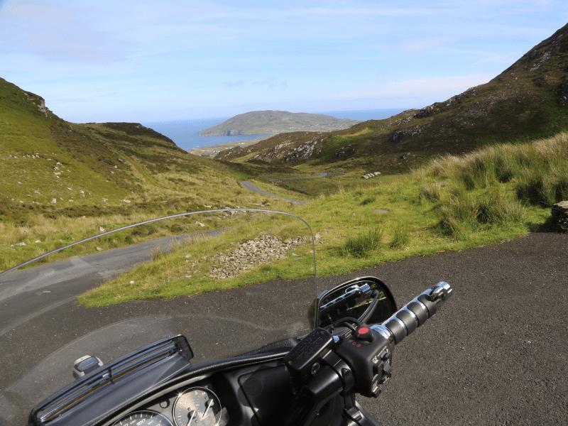 guidon de moto dans un paysage irlandais