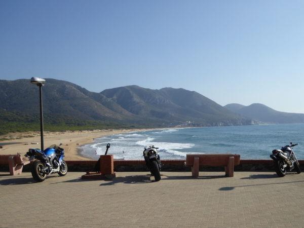 Arrêt moto à la plage en Sardaigne