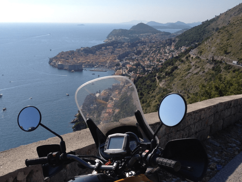 vue de dubrovnik avec une moto devant