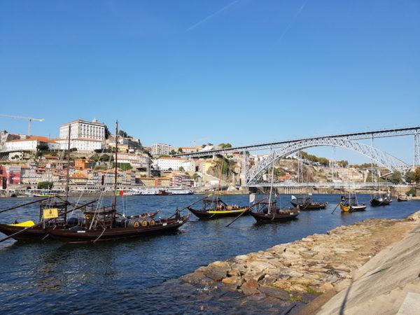 Ville de Porto avec barques sur le Douro