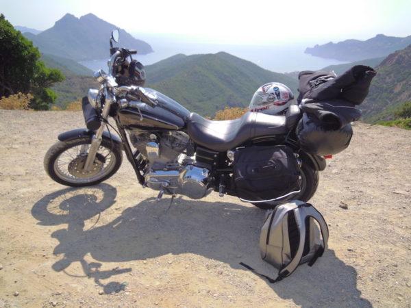 moto devant un paysage corse