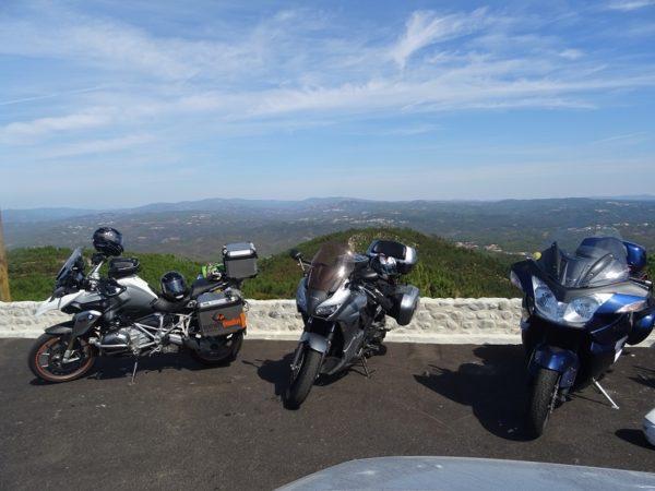 Arrêt moto au centre géodésique du Portugal
