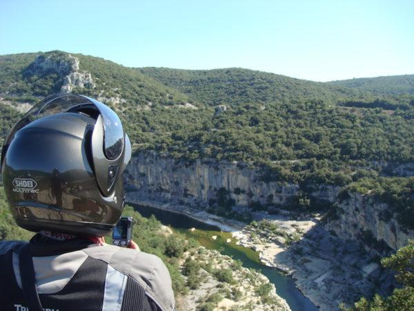 Motard dans les gorges de l'Ardèche