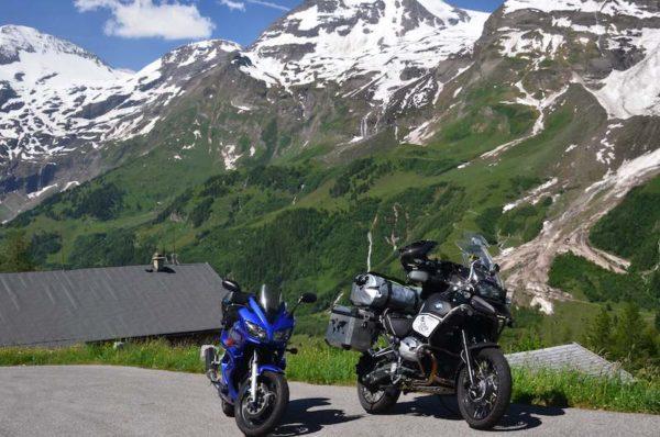 Motos dans les Alpes