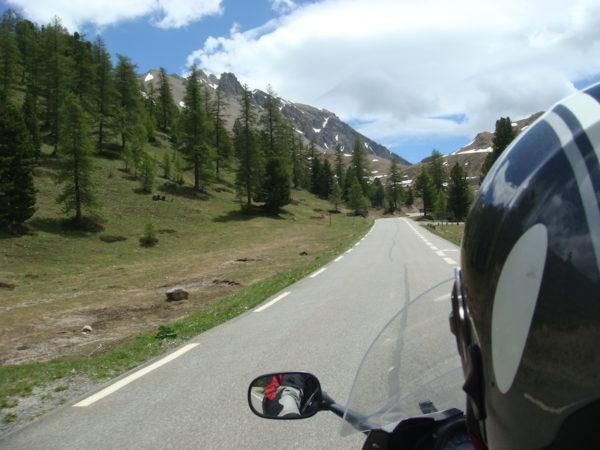 A moto sur la route des grandes alpes