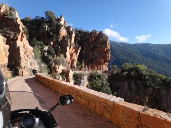 Corse à moto, route de Scandola