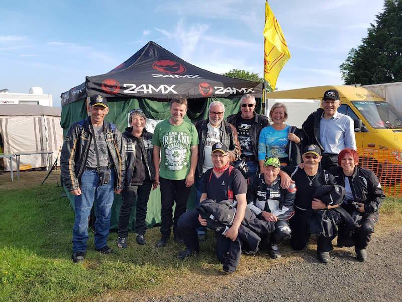 groupe de motards autour du MIG lors de la course sur route Tourist Trophy