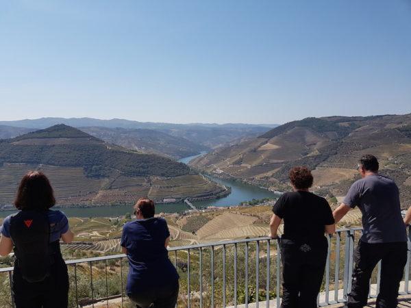 Motards devant la vallée du Douro