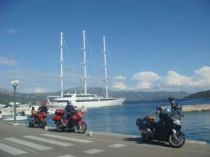 moto-devant-bateau-croatie