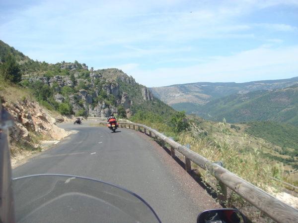 Moto sur une route dans les Causses