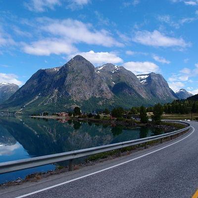 Route de montagne dans les fjord en norvege
