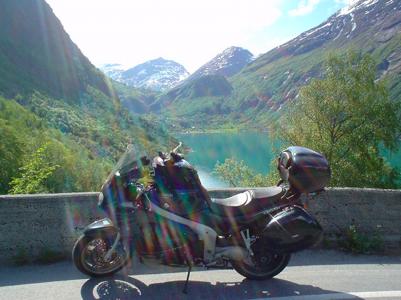 Voyage en moto en Norvège avec en premier plan la moto de voyage de Chantal et Pierre
