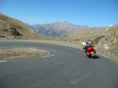 Virée moto dans la descente du col de la Bonnette
