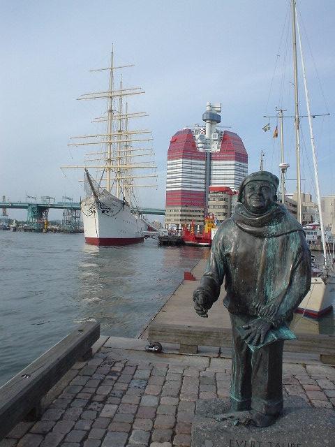 une statue dans un port