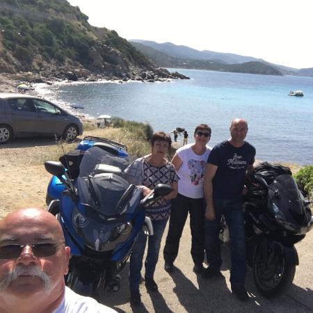 groupe de motards au bord de l'eau