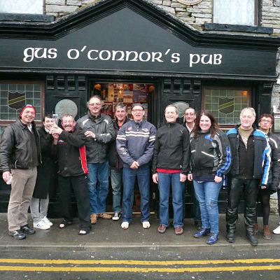 Groupe de motards devant un pub irlandais