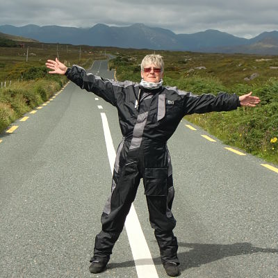 Motard sur une route en Irlande
