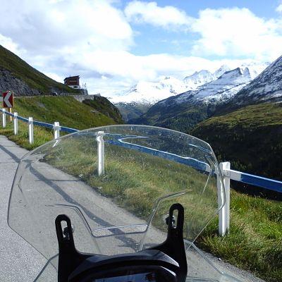 moto sur une route des alpes