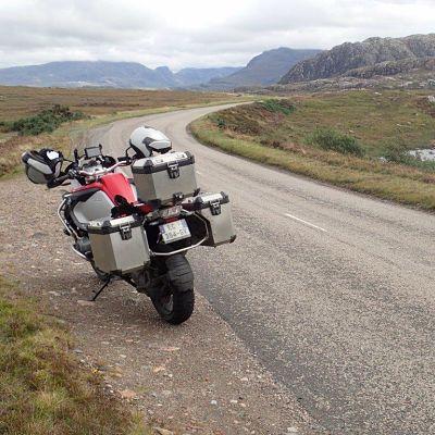 Moto sur une route écossaise