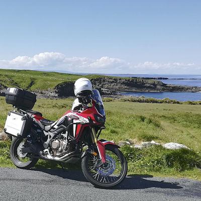 motards sur une route en irlande