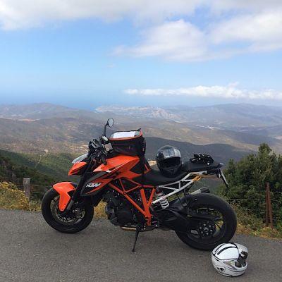 Moto devant paysage corse