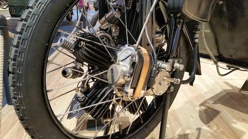 détail de la roue avant de la megola