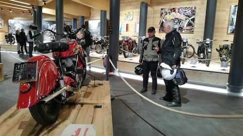 interieur du musee top mountain avec 2 motards et leurs casques