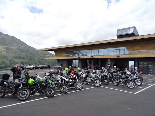 groupe de motards devant le top mountain motorcycle museum en autriche