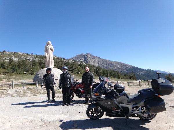 groupe de motards devant la statue du col corse Bocca di Verghju