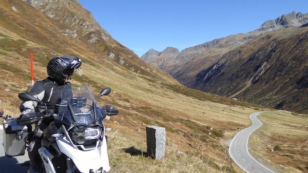 Col de la Silvretta avec une moto devant un paysage de montagne