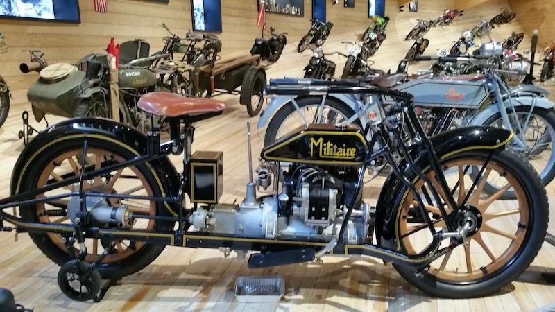 moto de modèle militaire exposée dans un musée moto