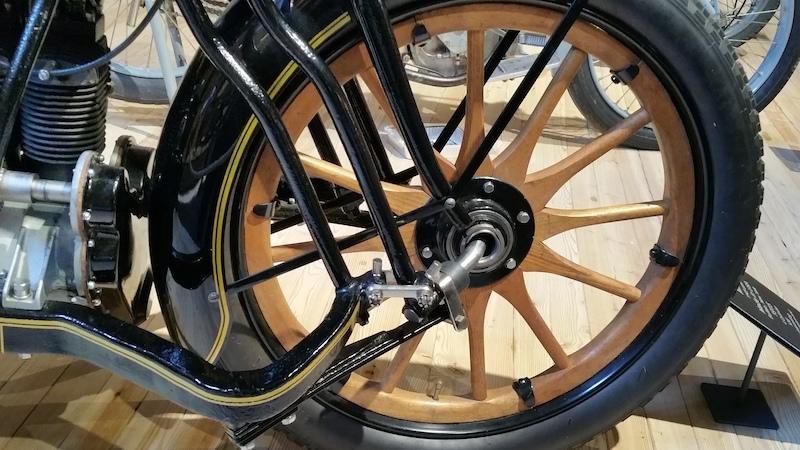 détail d'une roue de la moto Militaire de 1915