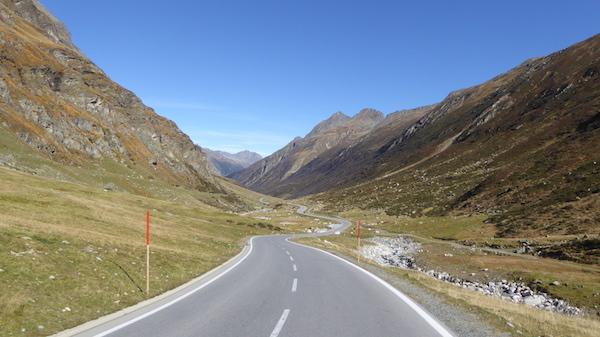 Route dégagée du col de la silvretta sous le soleil et le ciel bleu
