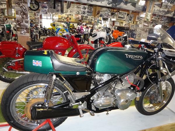 moto triumph verte dans musee moto