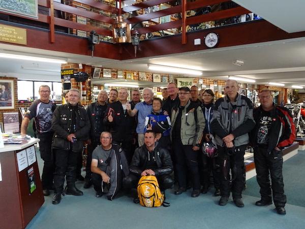 pierre d'itinéraires évasion et son groupe de clients motards aux côtés de sammy miller dans son musee