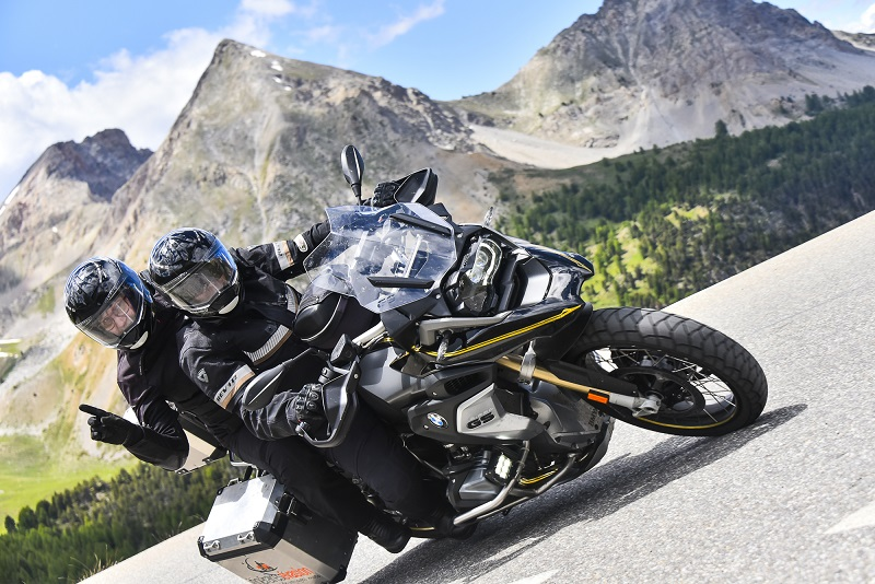 Deux personnes sur une moto en montagne