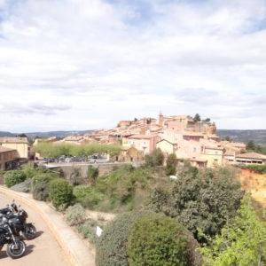Village provençal avec des motos garées devant